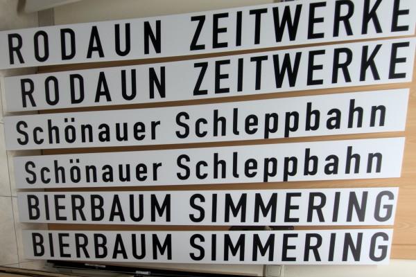 Darin die Bahnhofsschilder für meine Betriebsstellen und für einen Kollegen von der Schönauer Schleppbahn!