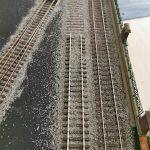 Mit einem Gleisstück wird das aufgelassene Gleis eingedrückt