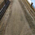 Blick vor dem Schuppen das aufgelassene Gleis gut zu sehen